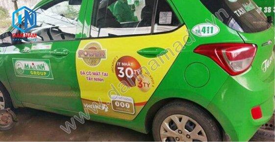 Vietlott quảng cáo trên cánh cửa sau taxi 4 chỗ tại Bạc Liêu