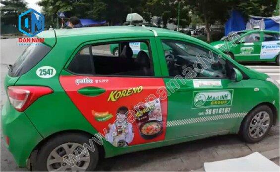 Mì Koreno quảng cáo trên cánh cửa sau taxi 4 chỗ tại Ninh Thuận