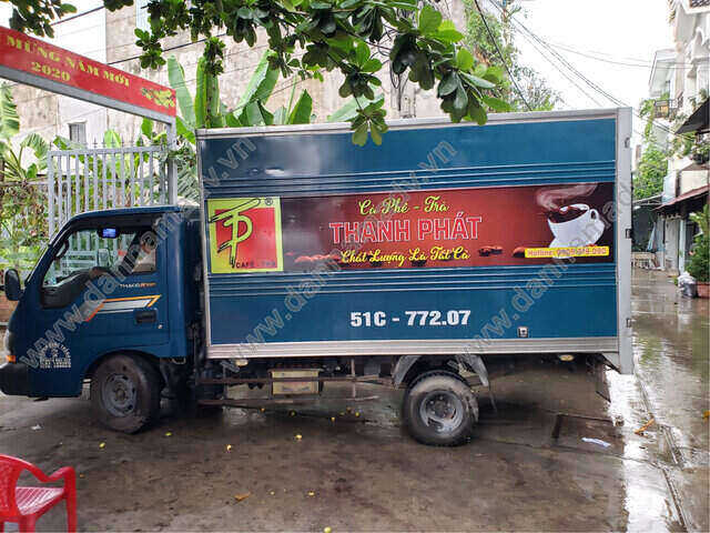 Dán decal quảng cáo trên xe tải